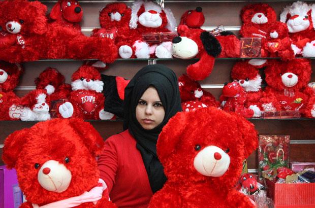 JORDÂNIA. Uma rapariga posa entre as atracções de uma loja de presentes, em Amã