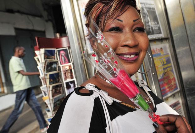 COSTA DO MARFIM. Uma flor de São Valentim numa imagem captada em Abidjan no próprio dia do santo.