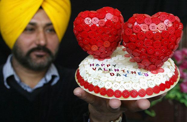 ÍNDIA. O artista Harwinder Singh Gill criou dois corações (e respectiva base) feitos de 600 botões.