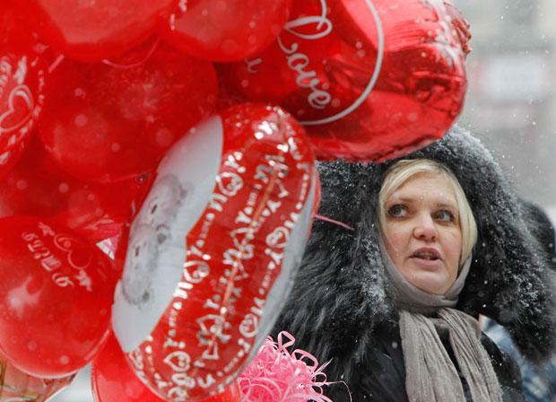UCRÂNIA. Nem um nevão impede esta vendedora de souvenirs românticos de tentar angariar clientes. No centro de Kiev.
