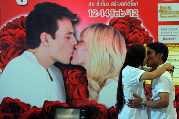 TAILÂNDIA. Um casal compete num concurso destinado ao Guinness: o mais longo beijo do mundo. Em Pattaya.