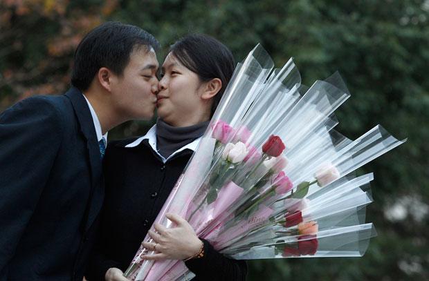 TAIWAN. Ele acaba de pedi-la em casamento. Ela disse que sim. Momento romântico em Taipei.