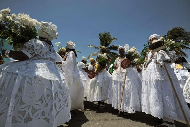 BRASIL. As baianas de Salvador durante a tradicional Lavagem do Bonfim - evento pré-Carnaval que inclui caminhada até ao Senhor do Bonfim e lavagem simbólica das escadas da igreja com água perfumada.