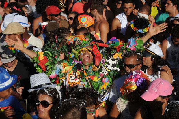 BRASIL. A festa da Banda de Ipanema pelas ruas do Rio de Janeiro.