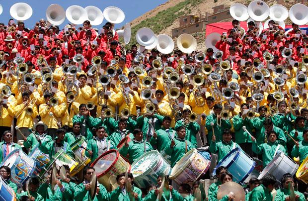 BOLÍVIA. O empenho de um músico durante o desfile de Carnaval em Oruro.