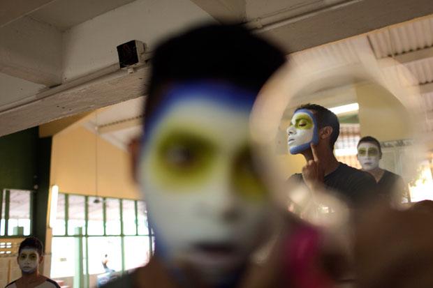 COLÔMBIA. A preparar as pinturas para o Carnaval de Barranquilla, declarado Património Imaterial da Humanidade pela UNESCO.
