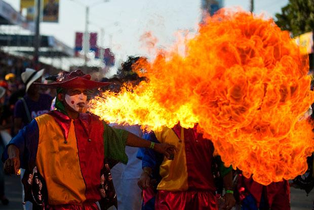 COLÔMBIA. Desfile em Barranquilla, com direito a muito fogo.