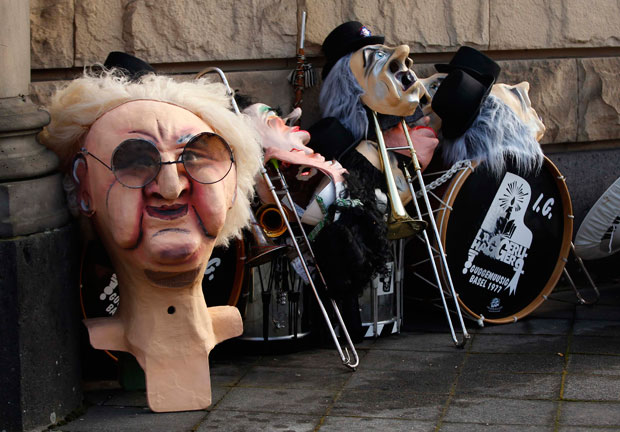 ALEMANHA. As máscaras aguardam o início da festa em Dusseldorf.