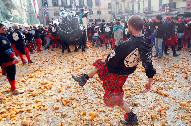 ITÁLIA. Em Ivrea, a diversão inclui uma batalha de laranjas.