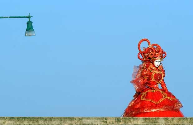 ITÁLIA. Uma das extravagantes personagens do Carnaval de Vezena (veja fotogaleira Máscaras de Veneza).