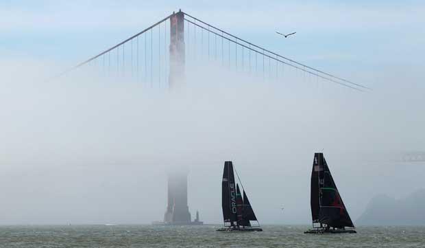 EUA, 22.02.2012. Dois AC 45, do vencedor da America's Cup, Oracle Racing, a navegar perto da Golden Gate Bridge de São Francisco.