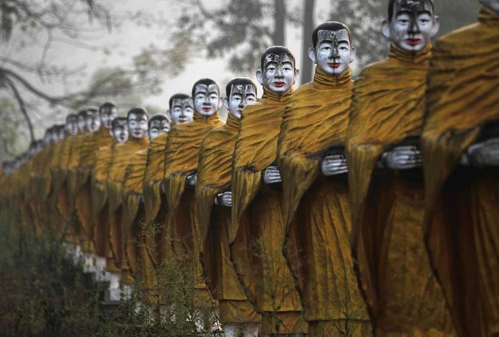 BIRMÂNIA, 20.02.2012. Estátuas de monges budistas alinhadas perto de um templo em Payathonzu.