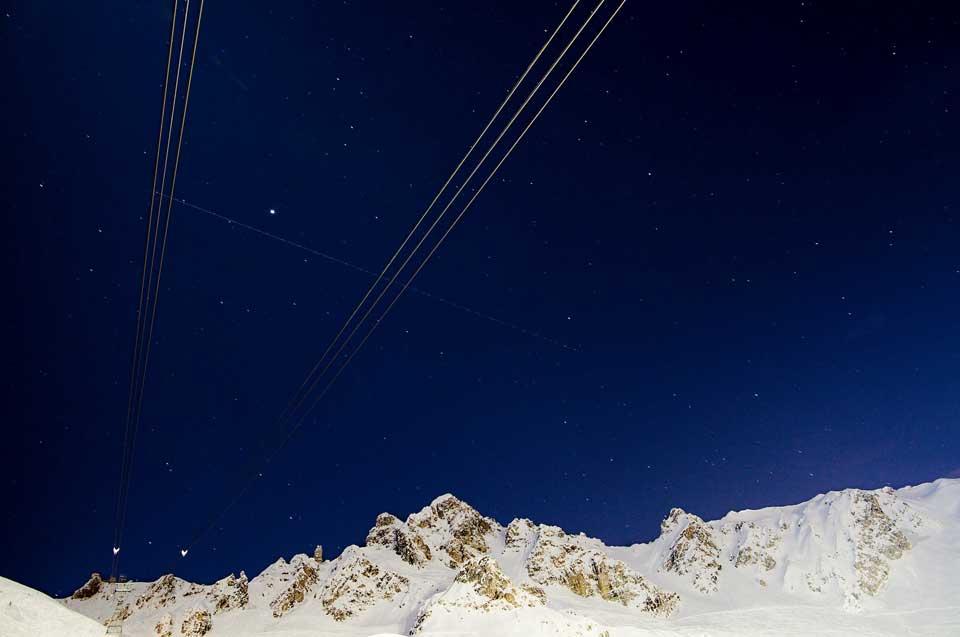 Esquiar à noite nos Alpes
