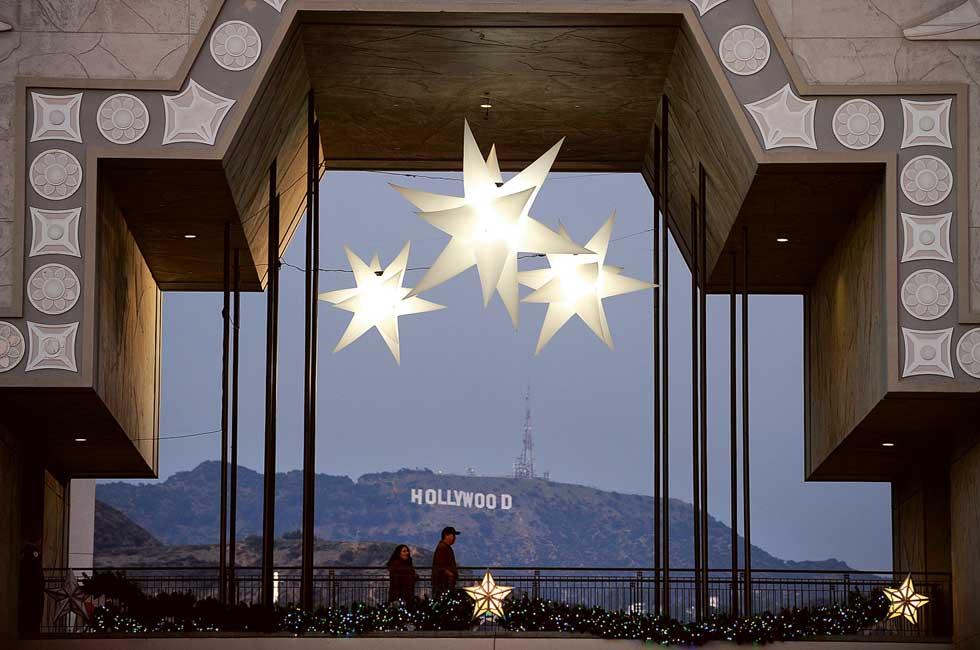 Um casal passeia por um passadiço no Hollywood & Highland Center, ao lado do Kodak Theatre.