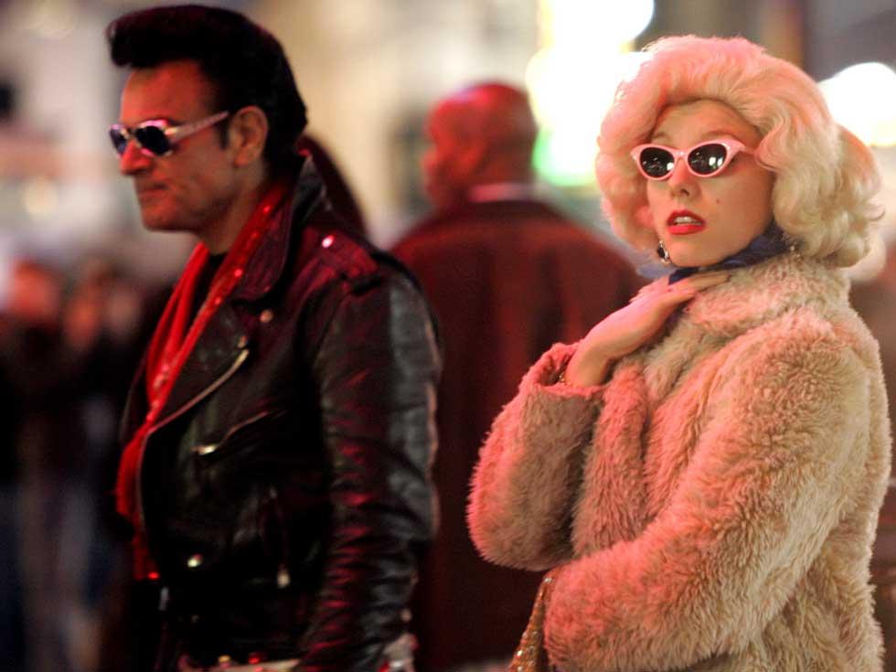 Uma Marilyn e um Elvis passeiam pela Hollywood Boulevard.