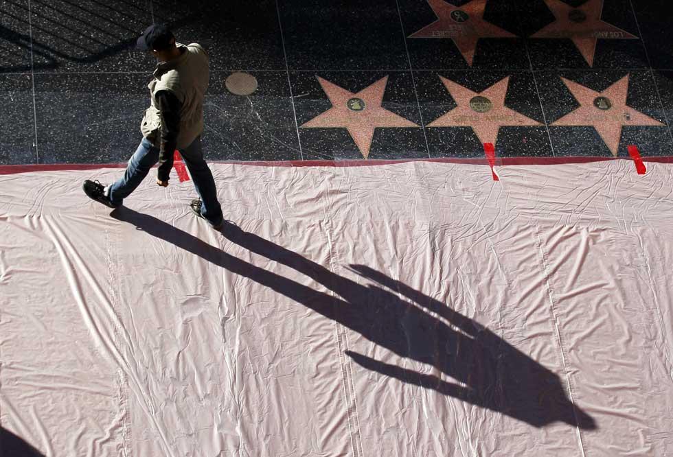 No Passeio da Fama, alguns deixam a sua estrela, a maioria só marca o caminho com a sua sombra. Neste caso, um agente de segurança durante mais uns dias de preparativos para os Óscares.