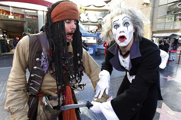 Encontro de um imitador de rua do pirata Jack Sparrow com um artista do Cirque du Soleil.