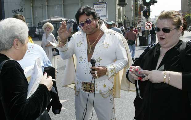 Um Elvis para turistas, perto do Chinese Theatre