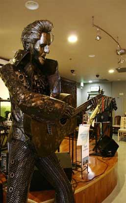 É outro Elvis: a estátua homenageia Kavee Thongpreecha, célebre como o Elvis Tailandês, que fazia serenatas aos clientes do seu restaurante em LA, o emblemático Palm's Thai