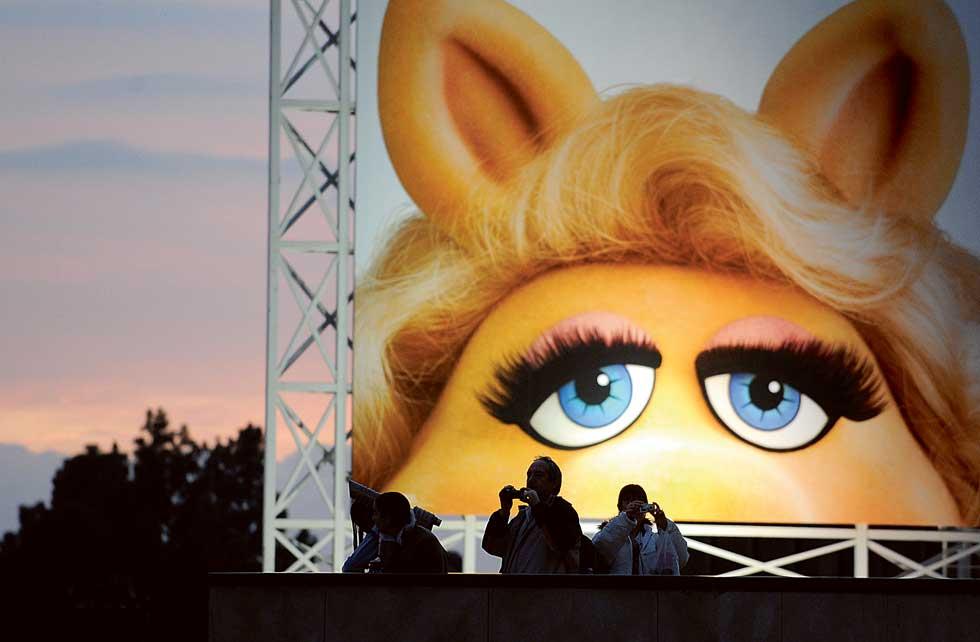 Turistas sob o olhar de Miss Piggy, o topo do Kodak Theatre.