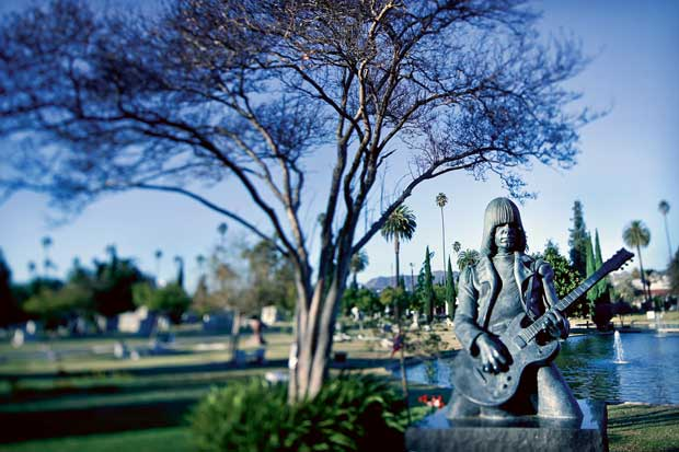 Passear pelos cemitérios das estrelas: no caso, no Hollywood Forever. Na imagem, a homenagem a Johnny Ramone, da lendária banda Ramones
