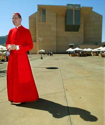 A polémica Catedral de Nossa Senhora de Los Angeles. À sua frente, o cardeal Roger Mahony, ex-arcebispo de LA