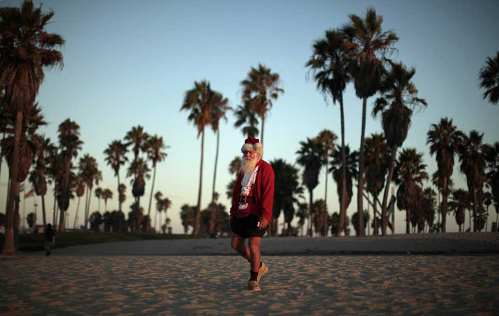 Por que se passeava este Pai Natal no último Agosto na Venice Beach de LA? Boa pergunta.