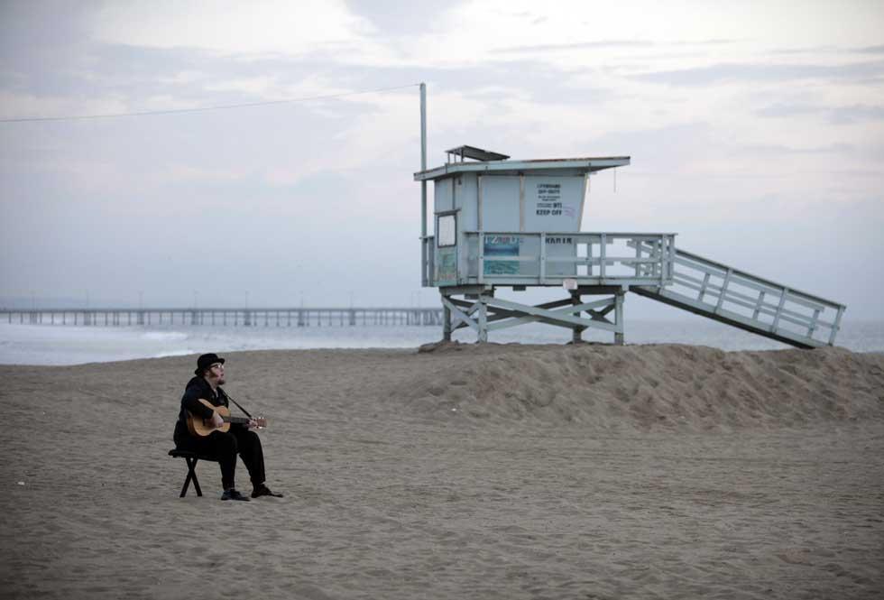 Um solitário guitarrista na Venice Beach.