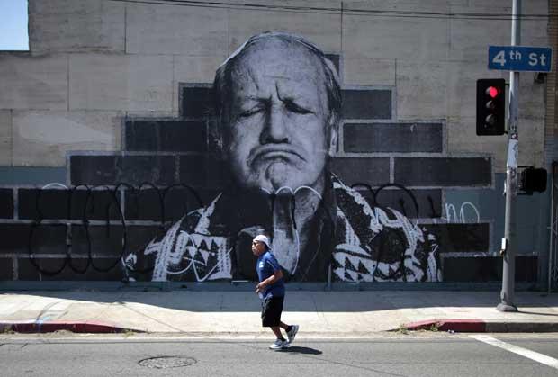 A correr sob o olhar de um eterno Marlon Brando homenageado em mural