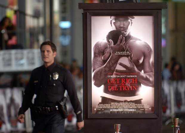 Um polícia patrulha a Hollywood Boulevard. Na altura, estreava Get Rich or Die Tryin' com o rapper 50 Cent. no Chinese Theater