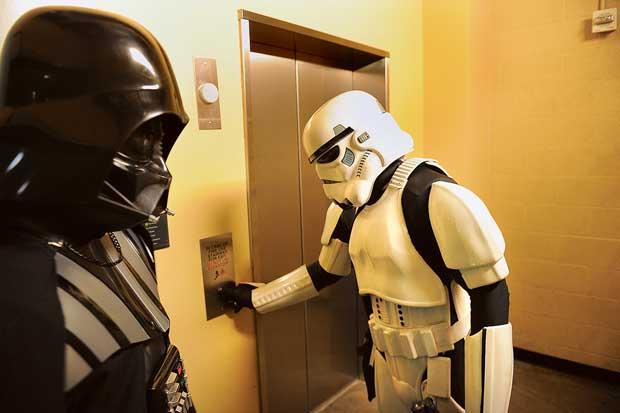 Já de outro tempo, outra dimensão, parecem chegar estes dois personagens de Star Wars, fotografados enquanto aguardam o elevador no Kodak Theatre