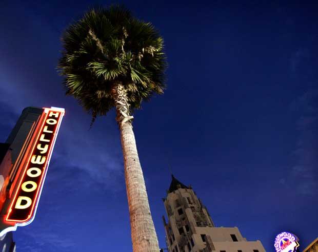 Regressa-se sempre à Hollywood Boulevard. Momento em que começava a ser iluminada para o seu esplendor nocturno.