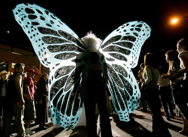 Borboleta nocturna, um momento no tempo do Carnaval de West Hollywood (no Halloween), na Santa Monica Boulevard.