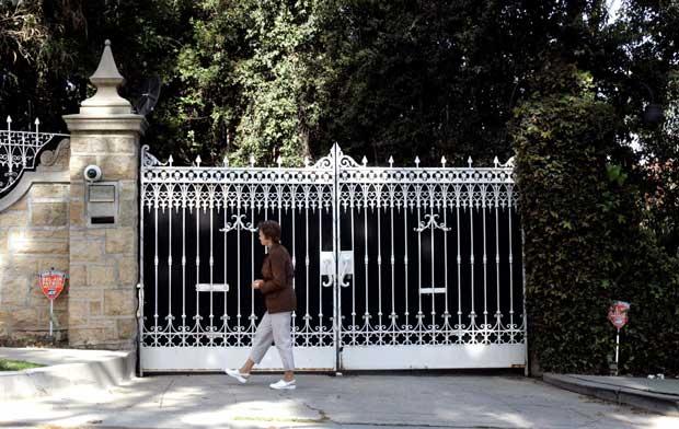 Entre real e ficção, os turistas buscam as casas onde vivem as estrelas. Os portões marcam a fronteira. Aqui, os da casa de Tom Cruise em Beverly Hills