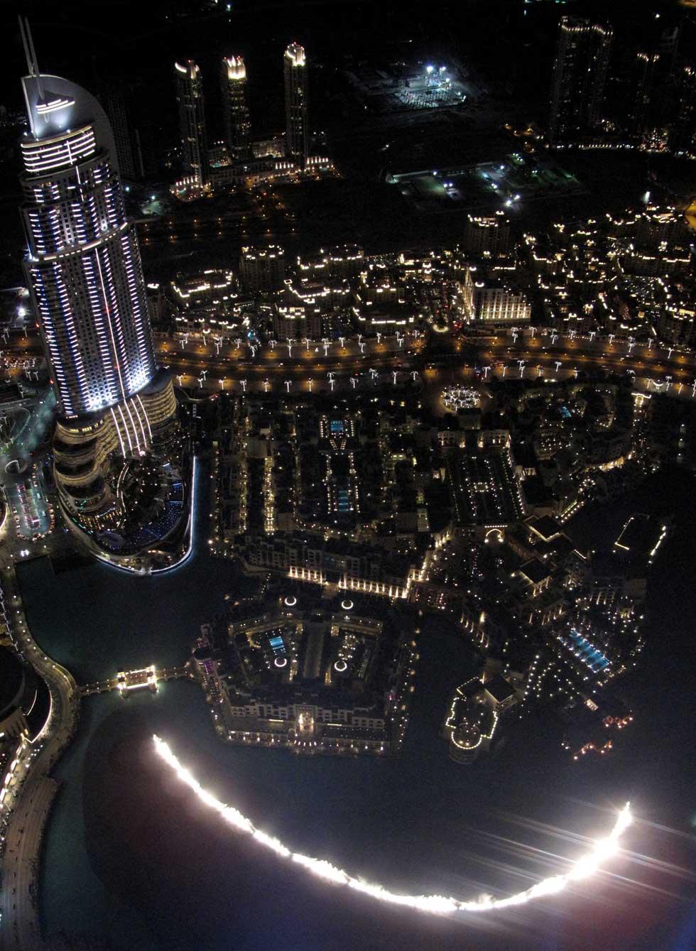 A fonte perto do Dubai Mall e Souk al Bahar, vista do piso-miradouro da torre Burj Khalifa