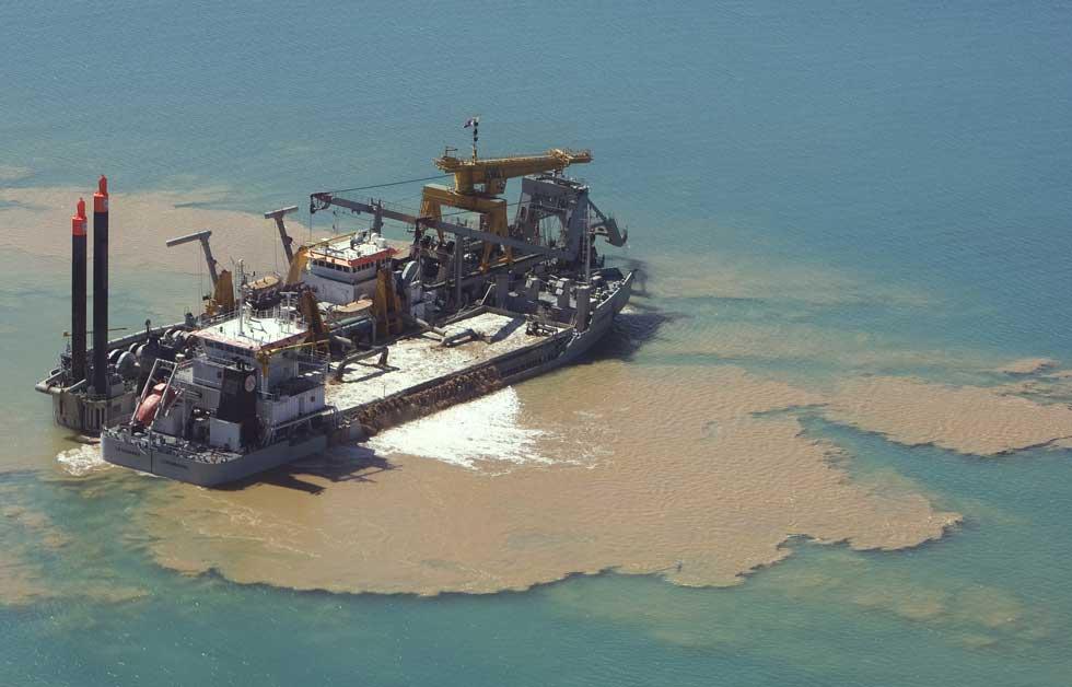 A trabalhar na dragagem de areia para a estrutura de uma de Palm Island