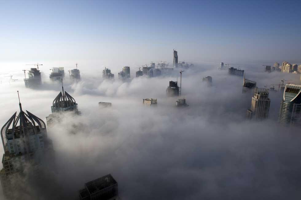 O nevoeiro quase que esconde toda a zona da marina