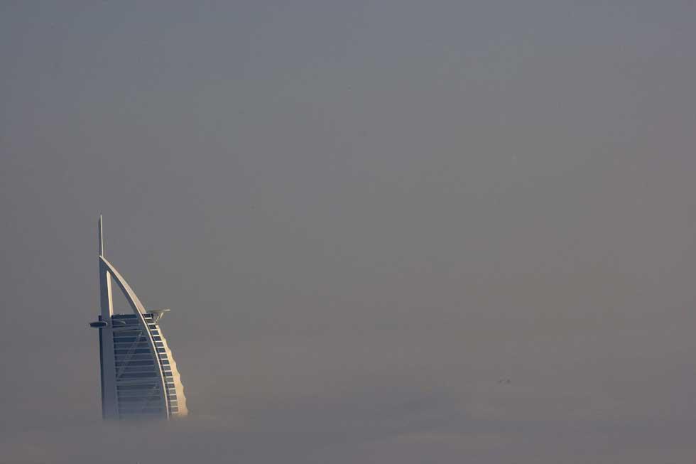O Burj Al Arab quase desaparecido sob forte nevoeiro.