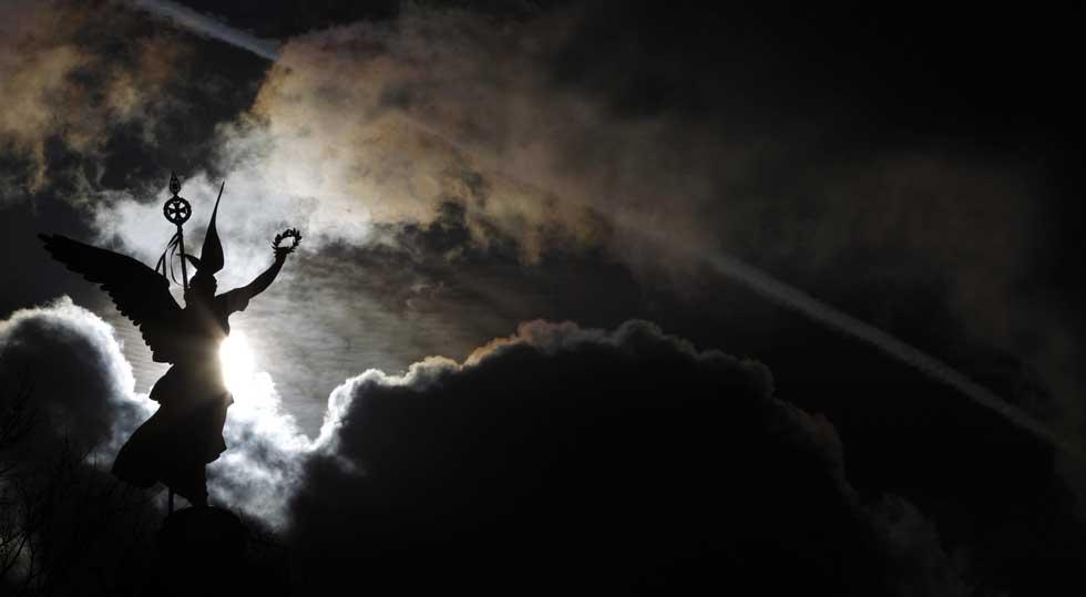 ALEMANHA, 23.02.2012. A Coluna da Vitória (Siegessäule) brilha, solar, sob um céu de chumbo.