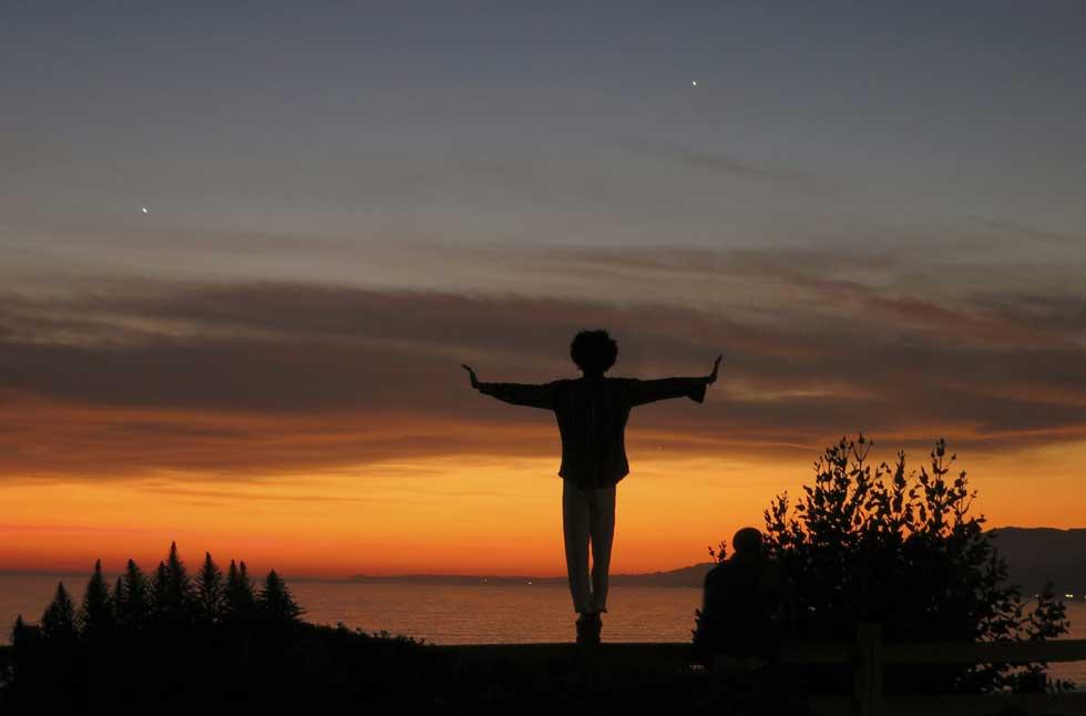 EUA, 22.02.2012. A experimentar o equilíbrio em cima de uma cerca ao pôr-do-sol em Santa Mónica, Califórnia.