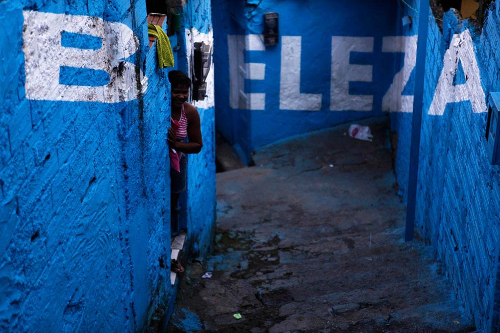 BRASIL, 01.03.2012. A beleza está onde menos se espera. Aqui, numa viela da favela Brasilândia em São Paulo. Seis vielas do bairro foram pintadas por artistas do colectivo espanhol Boa Mistura.