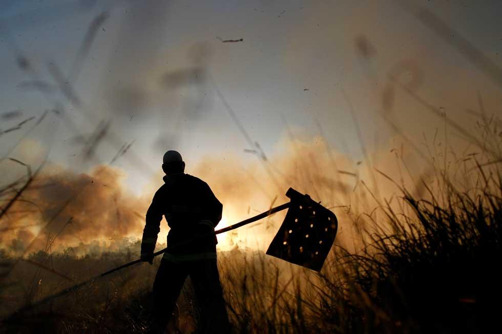 BRASIL, 01.03.2012. Um dos soldados que ajudou a combater um incêndio numa reserva florestal no estado de Brasília