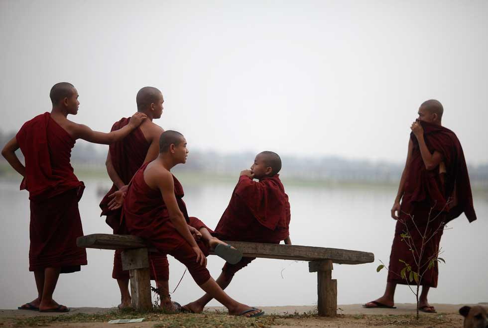 BIRMÂNIA/MYANMAR, 02.03.2012. Noviços budistas na ponte de U Bein, em Mandalay, no lago Taungthaman