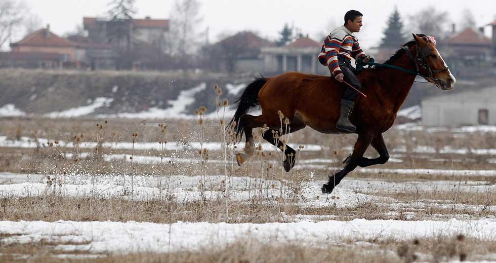 BULGÁRIA, 03.03.2012. Homem e cavalos pelos ares durante celebrações da Todorov den (também popularmente conhecida como