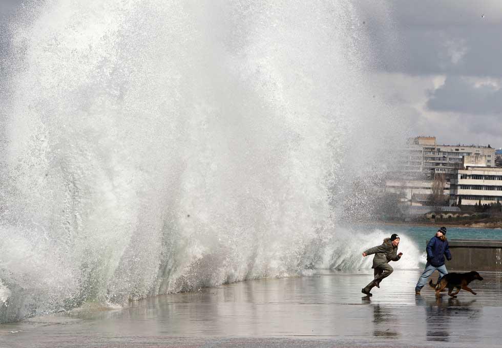 UCRÂNIA, 03.03.2012. A fugir de uma onda durante uma tempestade em Sevastopol