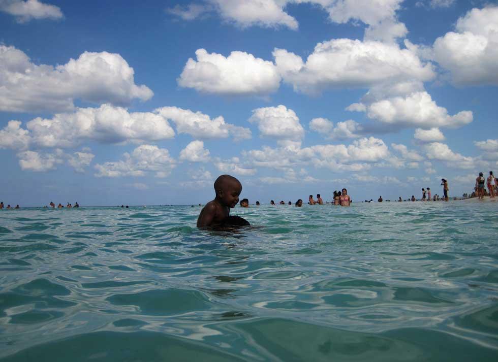 CUBA, 04.03.2012. Um rapaz nos ombros do irmão numa praia perto de Havana