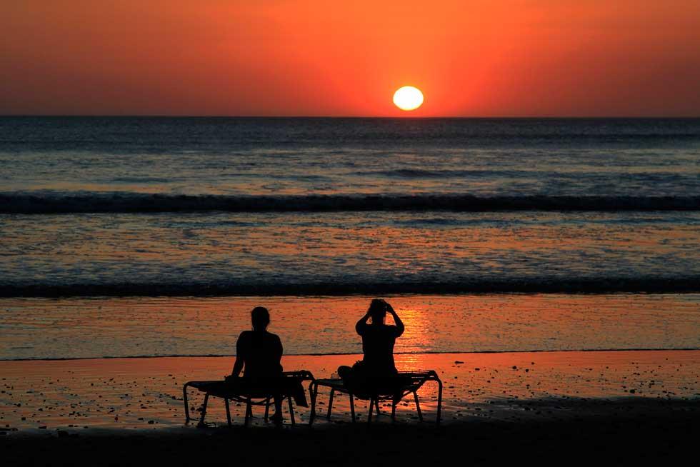 NICARÁGUA, 04.03.2012. Turistas a admirarem o pôr-do-sol na praia de Montelimar