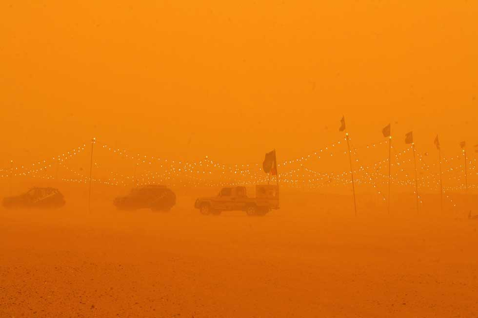 KUWAIT. 17.03.2012. Carros sob uma forte tempestade de areia no deserto de Rawdatayn, a 100km da Cidade do Kuwait