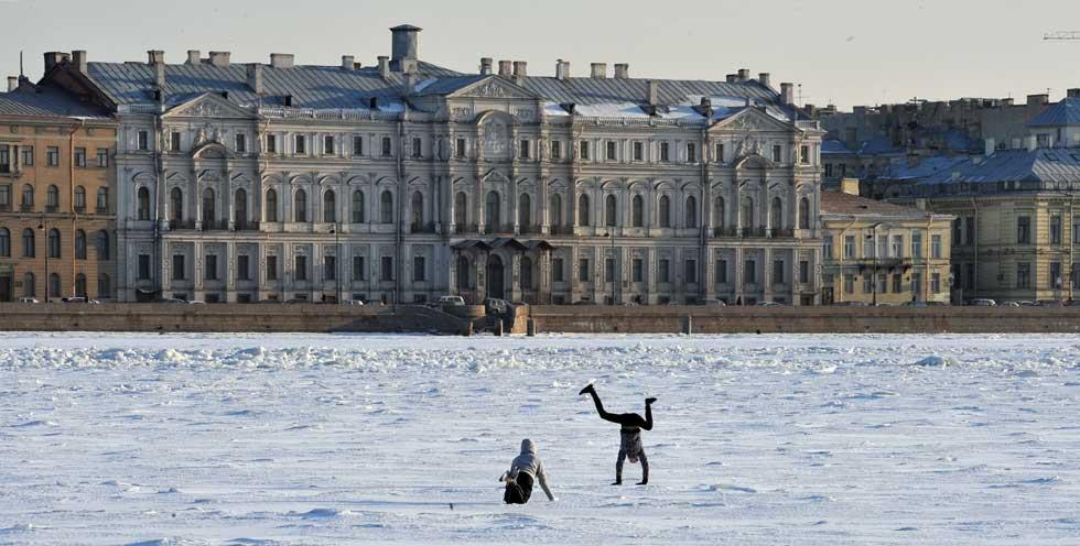 RÚSSIA, 15.03.2012. No rio Neva, em São Petersburgo
