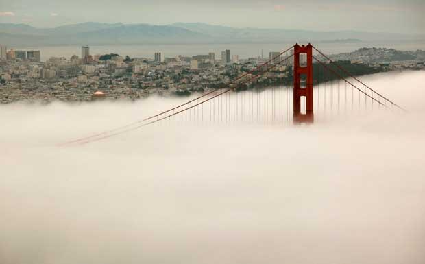EUA, 22.03.2012. A Golden Gate Bridge de  São Francisco ergue-se por sobre o nevoeiro.